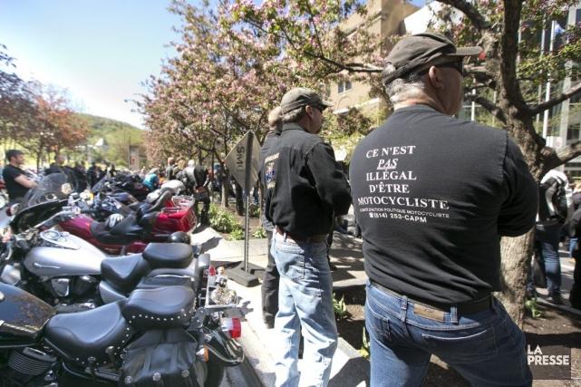 Des motocyclistes se sont réunissur l'avenue McGill College... (PHOTO HUGO-SÉBASTIEN AUBERT, LA PRESSE)