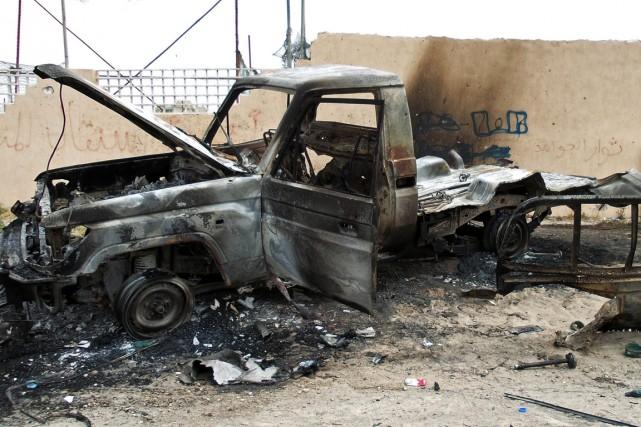 Un camion a été incendié sur la route... (PHOTO MAHMUD TURKIA, AFP)