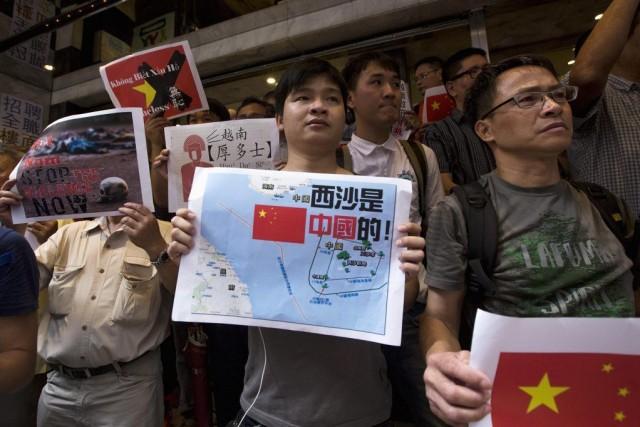 Des protestataires tiennent des affiches dénonçant le Vietnam,... (PHOTO TYRONE SIU, REUTERS)