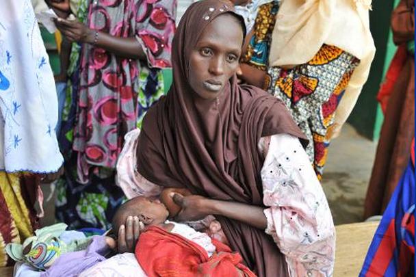 Une femme nourrit son enfant à l'hôpital de... (Photo archives AFP)