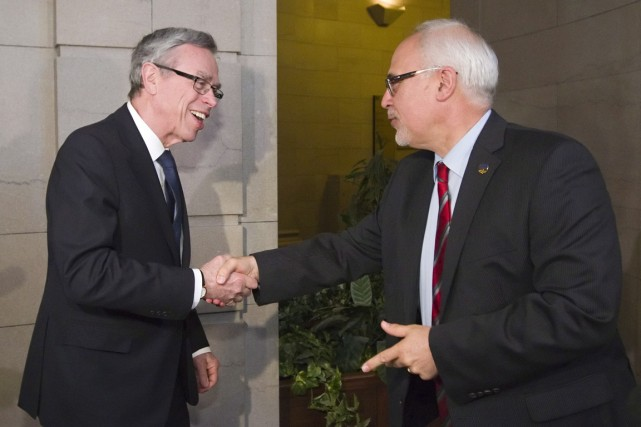 Joe Oliver et Carlos Leitao.... (Photo La Presse Canadienne)