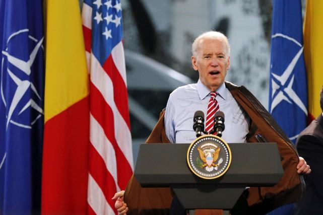 Le vice-président Biden enlève son blouson avant de... (PHOTO BOGDAN CRISTEL, REUTERS)