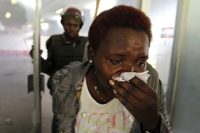 Des étudiants universitaires ont lancé des pierres à la police dans la capitale... (Photo THOMAS MUKOYA, Reuters)