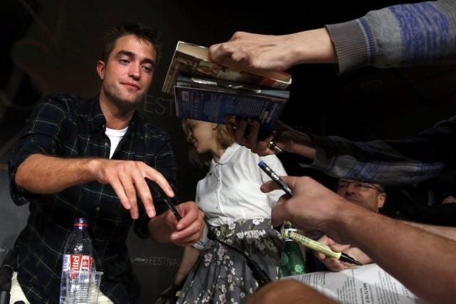 Robert Pattinson signe des autographes après une conférence... (Photo: Reuters)