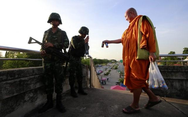 Un moine bouddhiste offre des boissons énergétiques à... (Wason Wanichakorn)