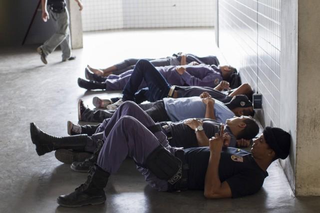 Des policiers brésilien en grève... (Photo Archvies REUTERS)