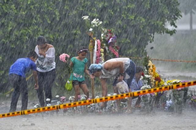 Des fleurs et des pancartes à la mémoire... (Photo: AFP)