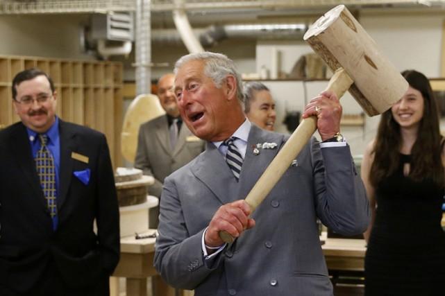 Le prince Charles lève un maillet de bois... (Photo: Reuters)