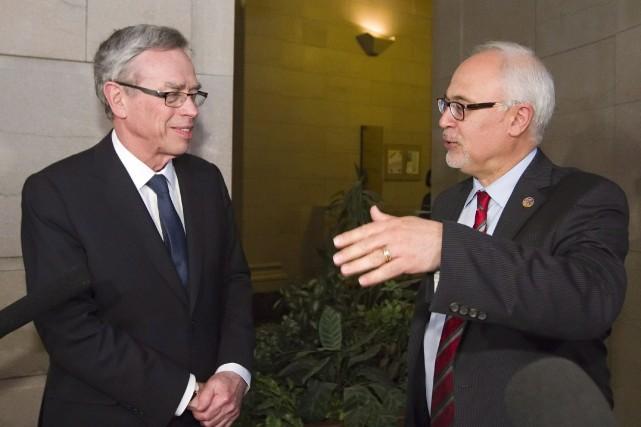 Le ministre des Finances Carlos Leitao (à droite)... (Photo PC)