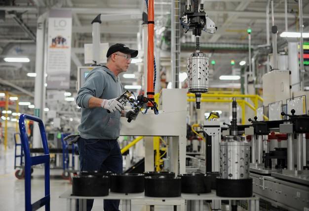 Même si le secteur manufacturier rafle plus que... (Photo archives Bloomberg)