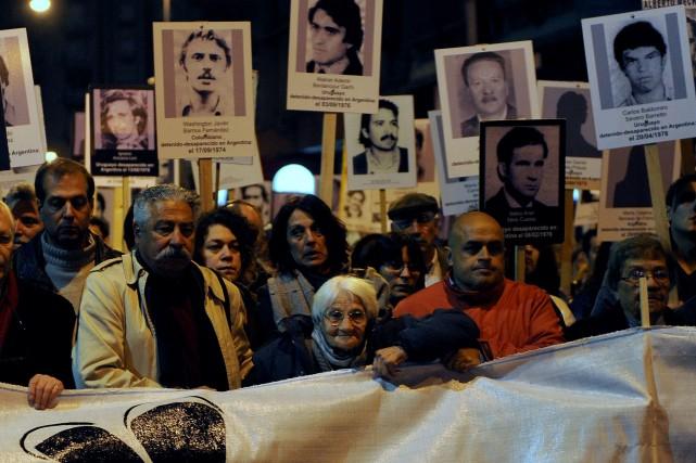 Plusieurs milliers de personnes ont défilé mardi à Montevideo pour rendre... (Photo MIGUEL ROJO, AFP)