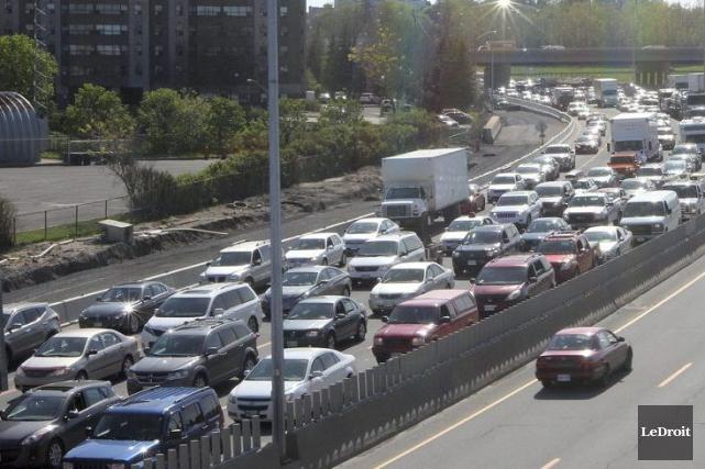 Une congestion monstre s'est formée sur l'autoroute 417... (Étienne Ranger, LeDroit)