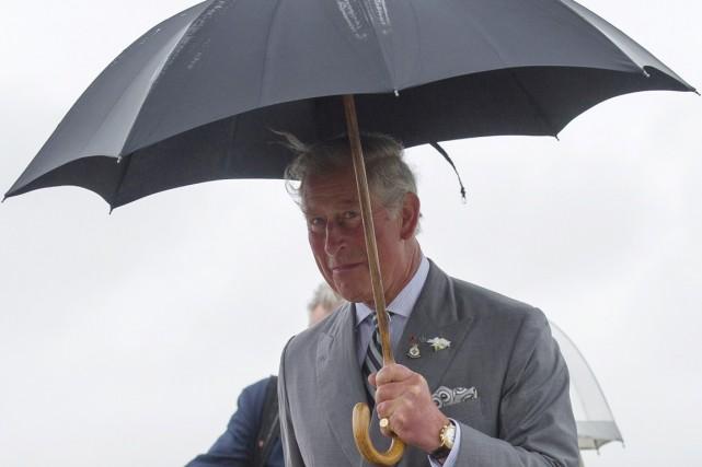 Le prince Charles est arrivé sous la pluie... (PHOTO DAVID LIPNOWSKI, PC)