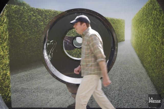 Un piéton passe devant l'oeuvre Haie, de Sylvain... (Photo: Ivanoh Demers, La Presse)
