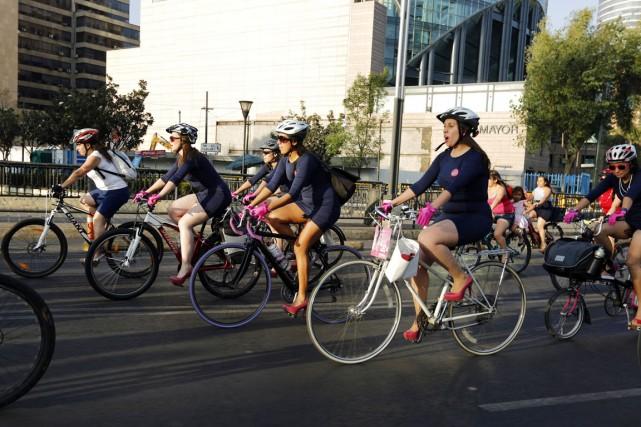 À Mexico, les cyclistes masculins sont quatre fois... (PHOTO BERNARDO MONTOYA, ARCHIVES REUTERS)
