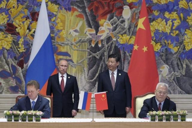 Le président russe Vladimir Poutine et son homologue... (PHOTO ALEXEI DRUZHININ, AP)
