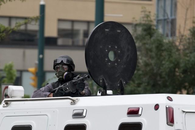 Un policier de Toronto sur un camion équipé... (Photo La Presse Canadienne)