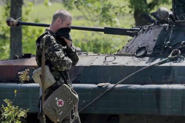 Un soldat ukrainien se couvre le visage alors... (PHOTO IVAN SEKRETAREV, AP)
