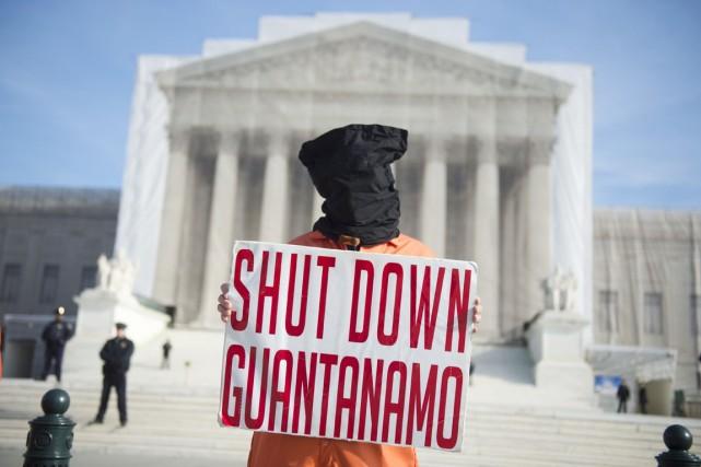 Un activiste manifeste devant la Cour suprême des... (PHOTO SAUL LOEB, ARCHIVES AFP)