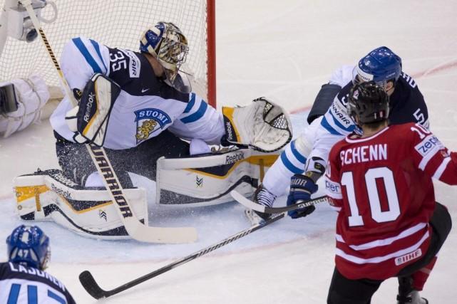 Pekka Rinne fait dévier un tir de Brayden... (Photo Jacques Boissinot, La Presse Canadienne)