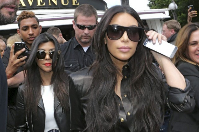 Kim Kardashian (à doite) et sa soeur Kourtney... (Photo: AP)