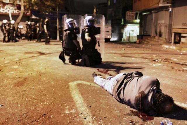 Un homme blessé repose sur le sol d'Istanbul,... (Photo AP)