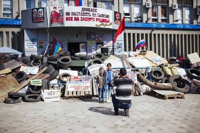 Un homme prend ses enfants en photo devant... (PHOTO DIMITAR DILKOFF, ARCHIVES AFP)