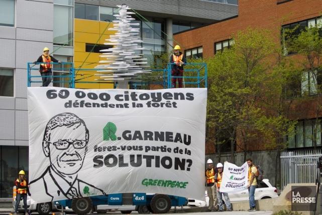 Greenpeace a mis un échafaudage devant Produits forestiers... (Photo Olivier Jean, La Presse)
