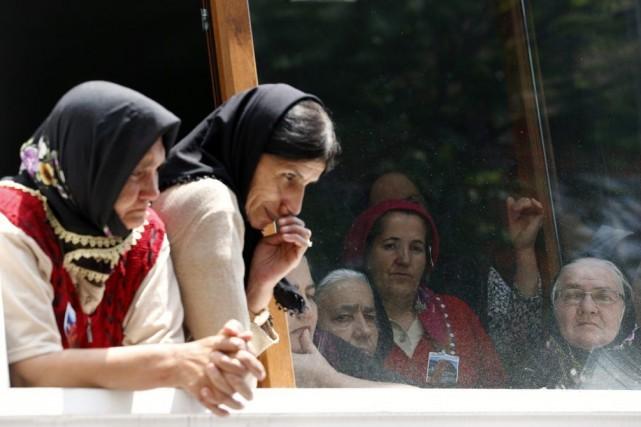 Des femmes attendent le début de la cérémonie... (PHOTO MURAD SEZER, REUTERS)