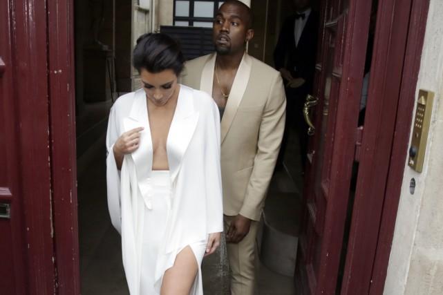 Kim Kardashian et Kanye West quittent leur demeure... (Photo: AFP)