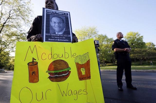 Des manifestants ont réclamé des salaires de 15$US... (Photo Jim Young, Archives Reuters)