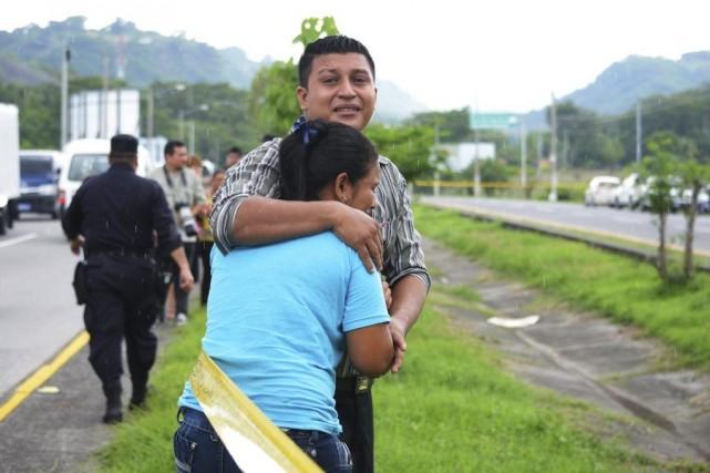 Des proches des victimes, dévastés par le drame.... (Photo Reuters)