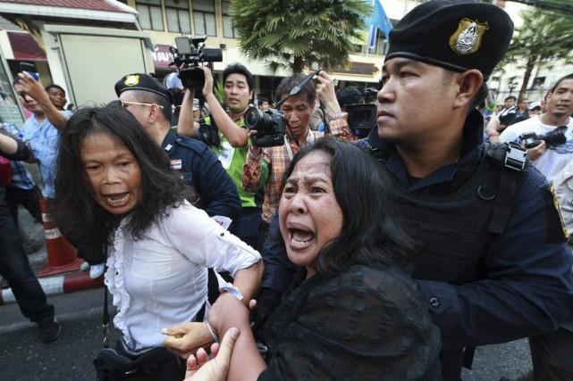 Une manifestante dénonçant le coup d'État est arrêtée... (Photo Wason Wanichakorn, AP)
