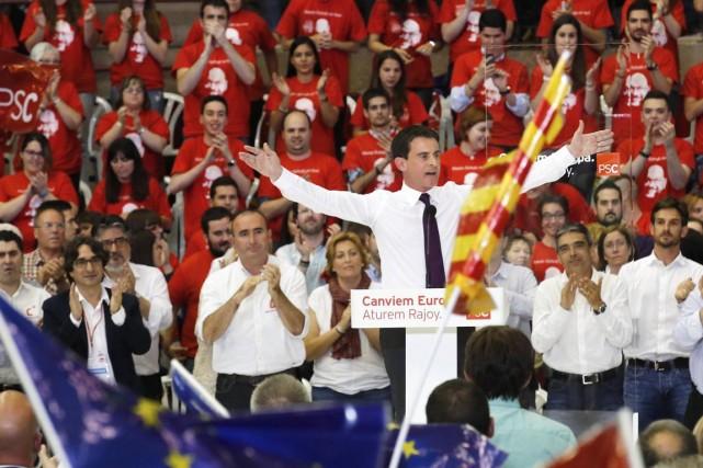 Le premier ministre socialiste français Manuel Valls faisait... (Photo Gustau Nacarino, Reuters)