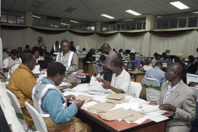 Des employés de la commission électorale comptent les... (PHOTO AMOS GUMULIRA, AFP)