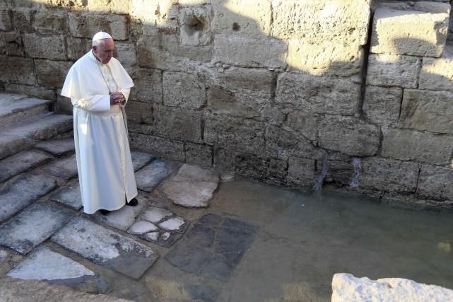 Le pape François se recueille près de la... (Photo Yousef Allan, Reuters)