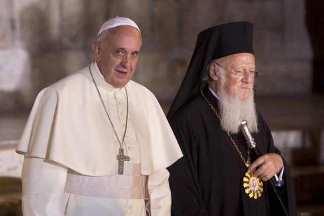 Le pape Françoisa rencontré le patriarche orthodoxe de... (PHOTO SEBASTIAN SCHNEINER, AP)