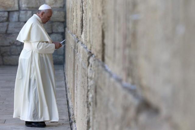Le pape François s'est recueilli devant le Mur... (PHOTO ANDREW MEDICHINI, REUTERS)
