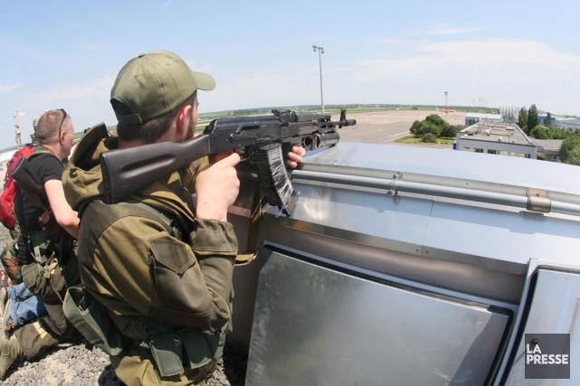 Des miliciens prorusses lourdement armés prennent position sur... (PHOTO ALEXANDER KHUDOTEPLY, AFP)