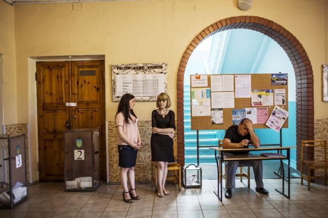 Des bénévoles attendent les électeurs à Marioupol, une... (PHOTO FABIO BUCCIARELLI, AFP)