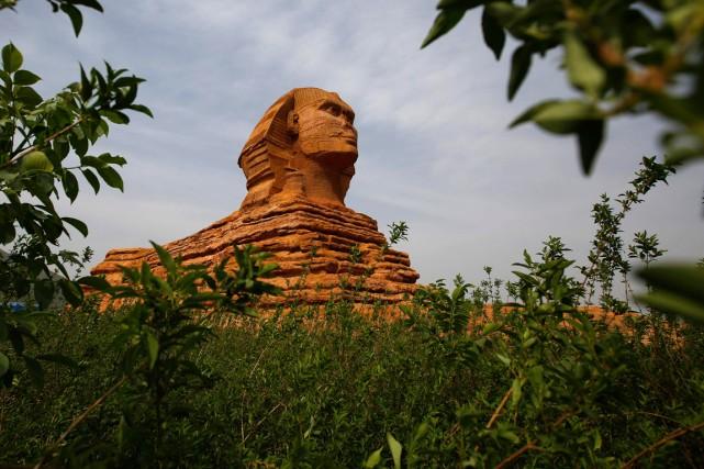 Une réplique massive du Sphinx a été érigée... (Photo archives AFP)