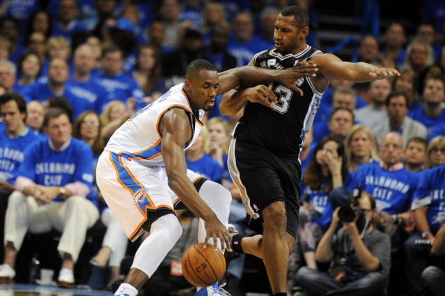 Serge Ibaka, du Thunder d'Oklahoma City, contrôle le... (Photo Mark D. Smith, USA Today)