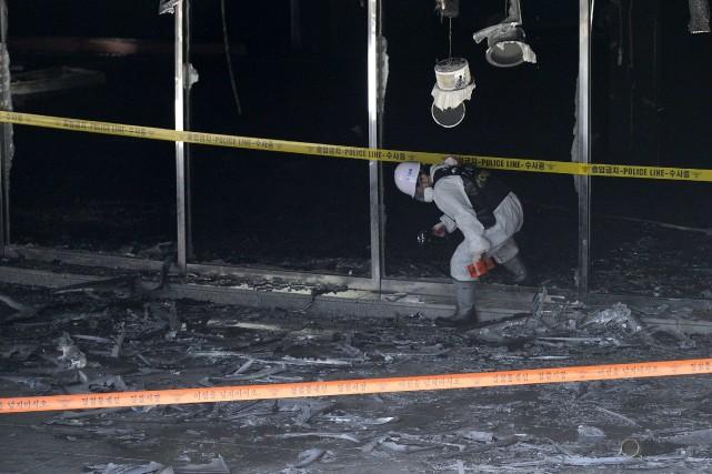 Les pompiers ont mis environ une demi-heure pour... (Photo REUTERS)