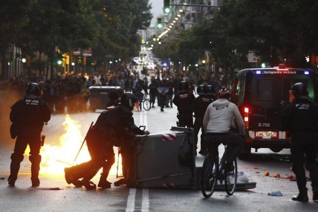 Dans la soirée, plusieurs centaines de personnes se... (Photo AFP)