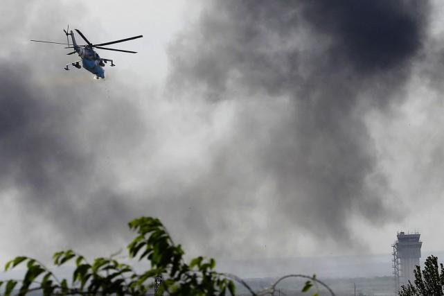 Un hélicoptèreMi-24 de l'aviation ukrainienne ouvre le feu... (PHOTO YANNIS BEHRAKIS, ARCHIVES REUTERS)