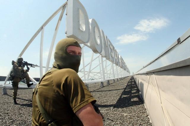 Des miliciens prorusses lourdement armés prennent position sur... (PHOTO ALEXANDER KHUDOTEPLY, ARCHIVES AFP)
