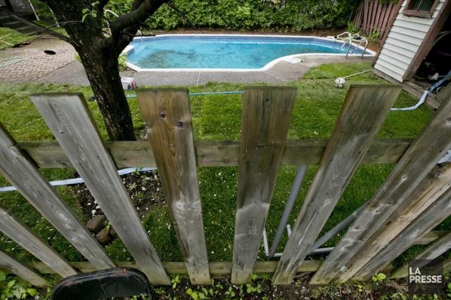 Cette clôture, qui sépare la propriété de M.... (Photo David Boily, La Presse)