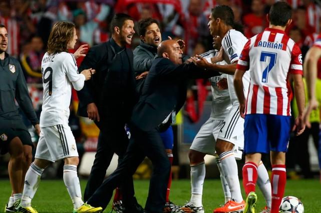 L'entraîneur de l'Atletico Madrid Diego Simeone (à gauche)... (Photo Michael Dalder, Reuters)