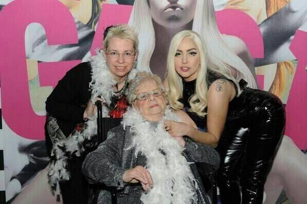 Inez Whitfield, au centre, avec sa fille Kendra... (Photo Twitter)