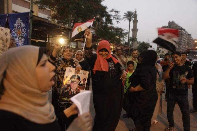 Des partisans du candidat à la présidentiel Abdel-Fattah... (Photo Amr Nabil, AP)
